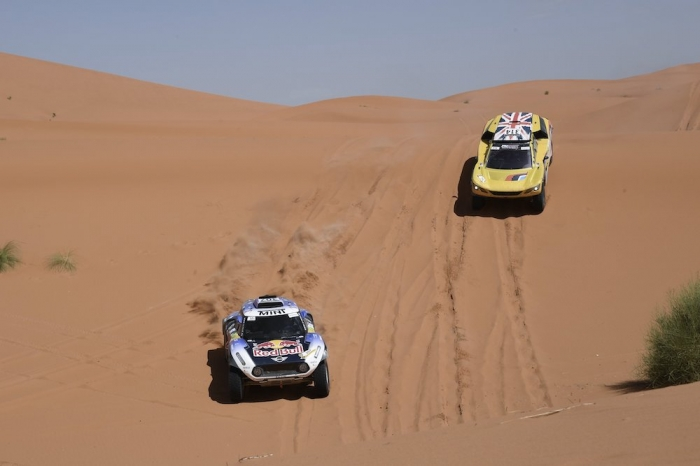 307 SAINZ Carlos (ESP), CRUZ Lucas (ESP), X-Raid Mini John Cooper Works Buggy Team, Mini John Cooper Works Buggy, auto, action , 314 HUNT Harry (GBR), WOUTER Rosegaar (NLD), Harry Hunt, Peugeot 3008 DKR, auto, action during Rally of Morocco 2018, Stage 4, Erfoud to Erfoud, october 8 - Photo Eric Vargiolu / DPPI